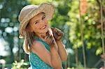 Jeune fille dans jardin avec mains boueuses
