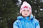 Fille avec le chapeau laineux souriant