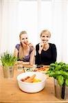 Jeunes femmes préparation alimentaire, manger