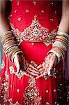 Gros plan du henné sur les mains de la mariée