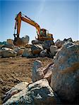 Excavatrice se déplaçant de rochers à Amos Waites Park, près de la plage Mimico, Etobicoke, Ontario, Canada