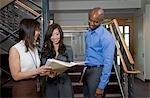 Collègues discuter d'affaires dans la cage d'escalier du Bureau
