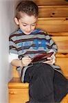 Garçon jouant sur console de jeux vidéo