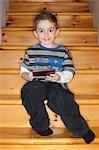 Jeune garçon jouant sur console de jeux vidéo