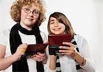 Deux filles jouer sur console de jeux vidéo