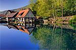 Mühle reflektiert in Wasser, Bayern, Deutschland