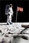 Un astronaute sur la lune à côté d'un pavillon ouvert à ce sujet