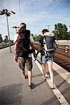 Un couple de routards en descendant sur une plate-forme de train