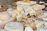 Fromage de brebis sur le stand de marché