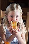Mädchen essen Brot