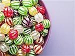 Gros plan de bonbons durs dynamiques dans un bol