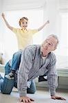 Grand-père grouille de petit-fils dos