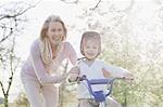 Grand-mère petit-fils poussant la bicyclette