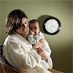 Müde Mutter mit Baby mitten in der Nacht
