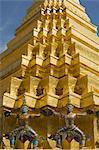 Singe guerriers devant le Stupa or au Wat Phra Kaew, Bangkok, Thaïlande