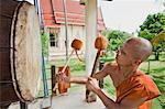 Moine bouddhiste tambouriner sur grand tambour à Wat barrage Pia, Ubon Ratchatani, Thailand