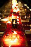 Kerzen und Rose Petals auf Tisch
