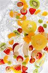 Fruits éclaboussures dans l'eau