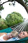 Couple se trouvant sur le hamac