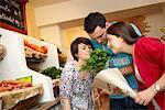 Les jeunes d'achat de fruits et de légumes