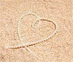 Halskette der Perlen im Sand.