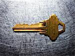 Messing Schlüssel auf Edelstahl.