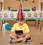 garçon jouant des jeux vidéo à la fête d'anniversaire