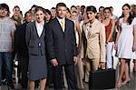 Heterogene Gruppe von Menschen zusammen mit den Geschäftsleuten im Vordergrund stehen