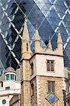 Architecture contrastée de 30 St Mary Axe et l'église de St Andrew Undershaft, London, England