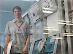 Femme au bureau de contrôle par satellite dish
