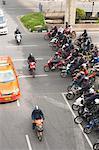Foule de motos en attente au feu rouge, Bangkok, Thaïlande