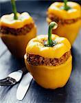 Gelbe Paprika gefüllt mit Auberginen