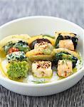 assortiment de poissons et de brochettes de légumes verts