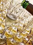 Gießen ein Glas Champagner