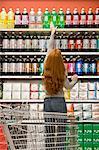 Shopper de soude au rayon de supermarché