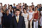 Heterogene Gruppe von Menschen zusammen mit Kaufmann im Vordergrund stehen