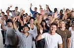 Heterogene Gruppe von Menschen beieinander stehen und winken