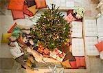 Obenliegende Ansicht der Familie im Wohnzimmer mit Weihnachtsbaum