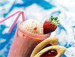 Milk-Shake aux fraises avec une boule de crème glacée