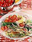 légumes de la salade de thon mi-cuit et de jardin