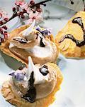 Tuile Kekse gefüllt mit maronen-Mousse auf den Kopf