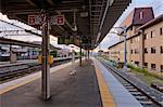 Quai de la gare de Fushimi, Fushimi, Kyoto, préfecture de Kyōto, région du Kansai, Honshu, Japon