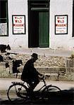 Ballinrobe, Co Mayo, Irlande, homme monté sur un vélo
