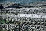 Îles d'Aran, Inishmore, Co Galway, Irlande ;Coupe agriculteur paresseuses lits pour les pommes de terre