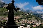 Statue de Saint François d'assise et vue de Positano, Campanie, Italie