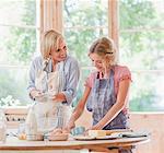 Mutter und Tochter Backen am Tisch in der Küche