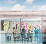 Gens d'affaires application notes adhésives à fenêtre