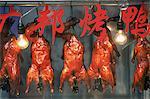 Chine, Shanghai, rôti de canard accroché dans la fenêtre du Restaurant