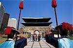 Corée, Séoul, Sungnyemun, South Gate, cérémonie de relève de la garde devant la porte Sungnyemun