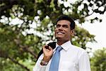 Homme indien avec couche sur son épaule souriant